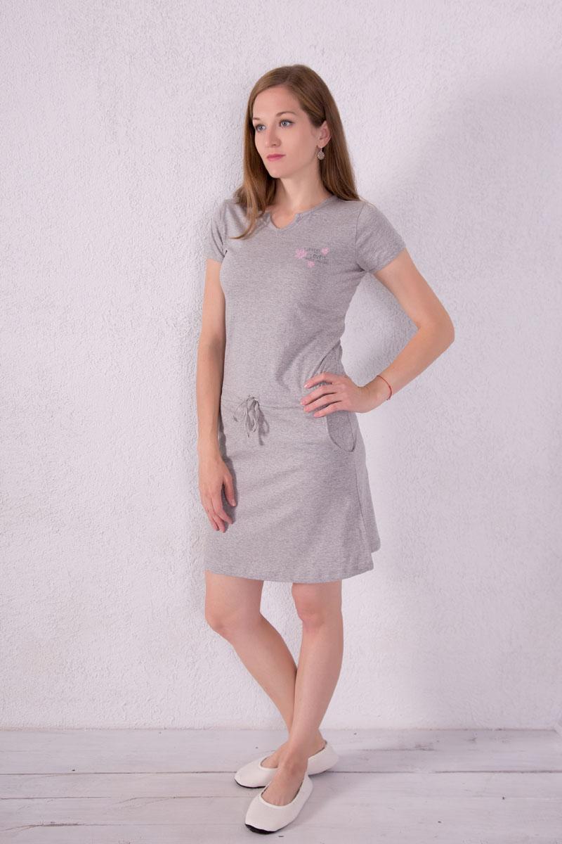 Платье домашнее Violett, цвет: серый. 7117110704. Размер S (44)7117110704Платье домашнее Violett выполнено из натурального хлопка. Платье с фигурным вырезом горловины и короткими рукавами. Спереди расположены два кармана. Модель оформлена надписями и цветочным принтом. На талии изделие оснащено затягивающимся шнурком.