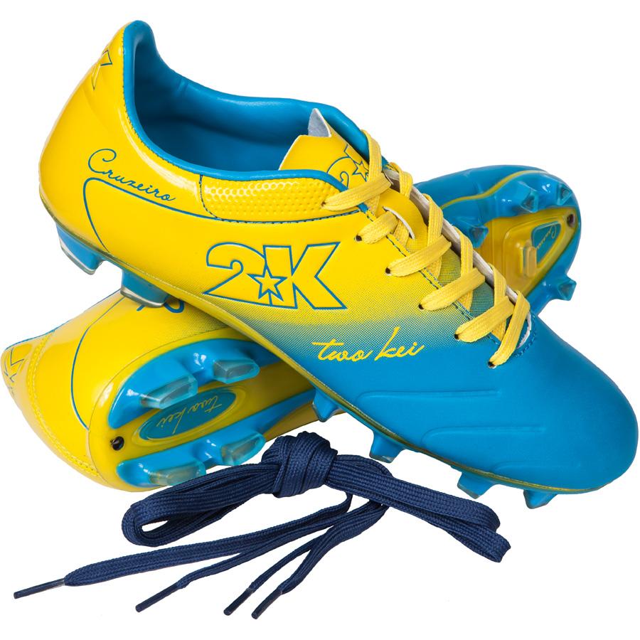 """Яркие футбольные бутсы 2K Sport """"Cruzeiro"""", выполненные из микрофибры в современном стиле, подойдут для натуральных и искусственных покрытий. Облегченная, износостойкая подошва, конфигурация которой приближена к форме стопы, способствует комфорту и хорошей чувствительности при игре. Бесшовная конструкция верха. Бутсы оснащены пластиковой усилительной вставкой (супинатором). Эргономичная стелька. 2 пары шнурков разного цвета в комплекте."""