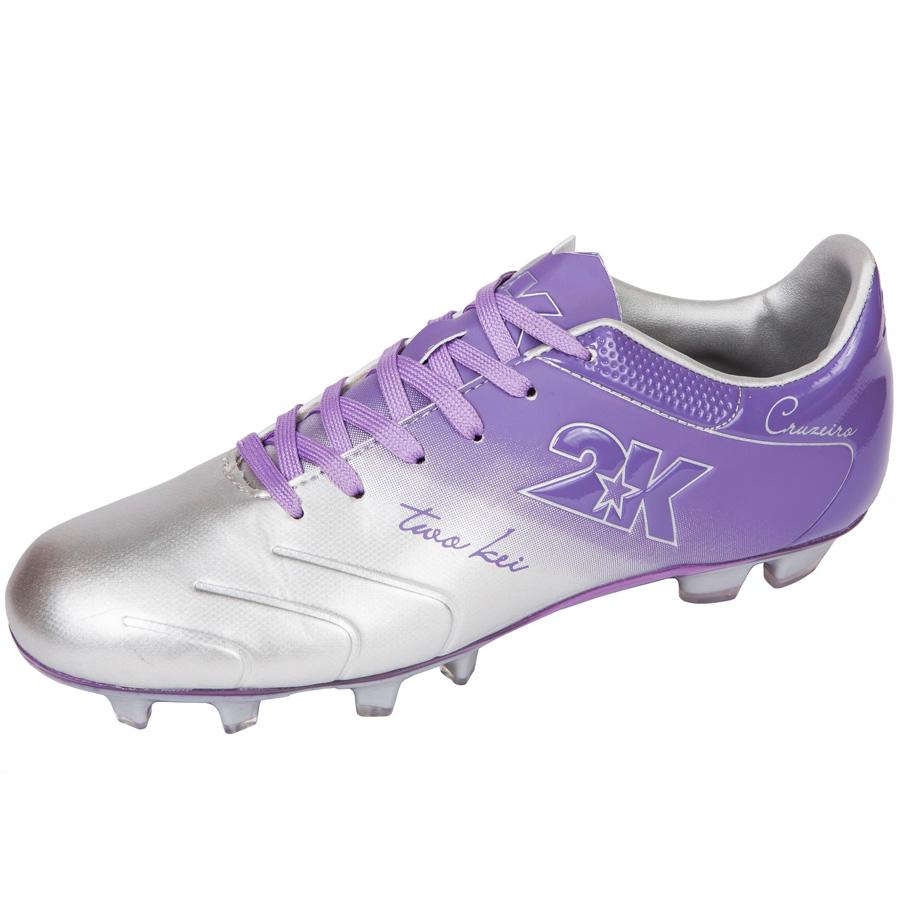 Бутсы футбольные 2K Sport Cruzeiro, цвет: серебристый, фиолетовый. Размер 38125323-silver-violetЯркие футбольные бутсы 2K Sport Cruzeiro, выполненные из микрофибры в современном стиле, подойдут для натуральных и искусственных покрытий. Облегченная, износостойкая подошва, конфигурация которой приближена к форме стопы, способствует комфорту и хорошей чувствительности при игре. Бесшовная конструкция верха. Бутсы оснащены пластиковой усилительной вставкой (супинатором). Эргономичная стелька. 2 пары шнурков разного цвета в комплекте.