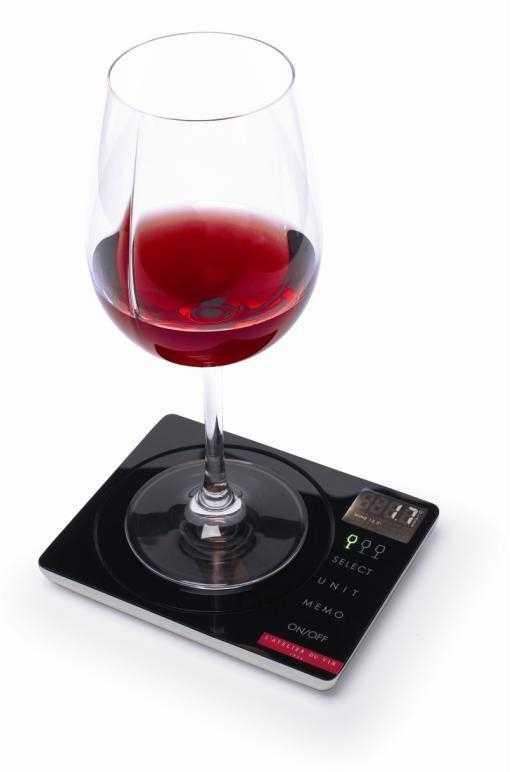 Счетчик для вина LATELIER DU VIN Вайн Партнер95226Счетчик для вина LATELIER DU VIN - индивидуальный измерительный прибор, позволяющий подсчитать, сколько вина или других спиртных напитков вы выпили за определенный период времени. Это может быть один прием пищи, один день или неделя. Этот прибор показывает количество бокалов, децилитров и килокалорий, которое вы выпили. В комплект входят: батарейки, инструкция по эксплуатации и защитный чехол.