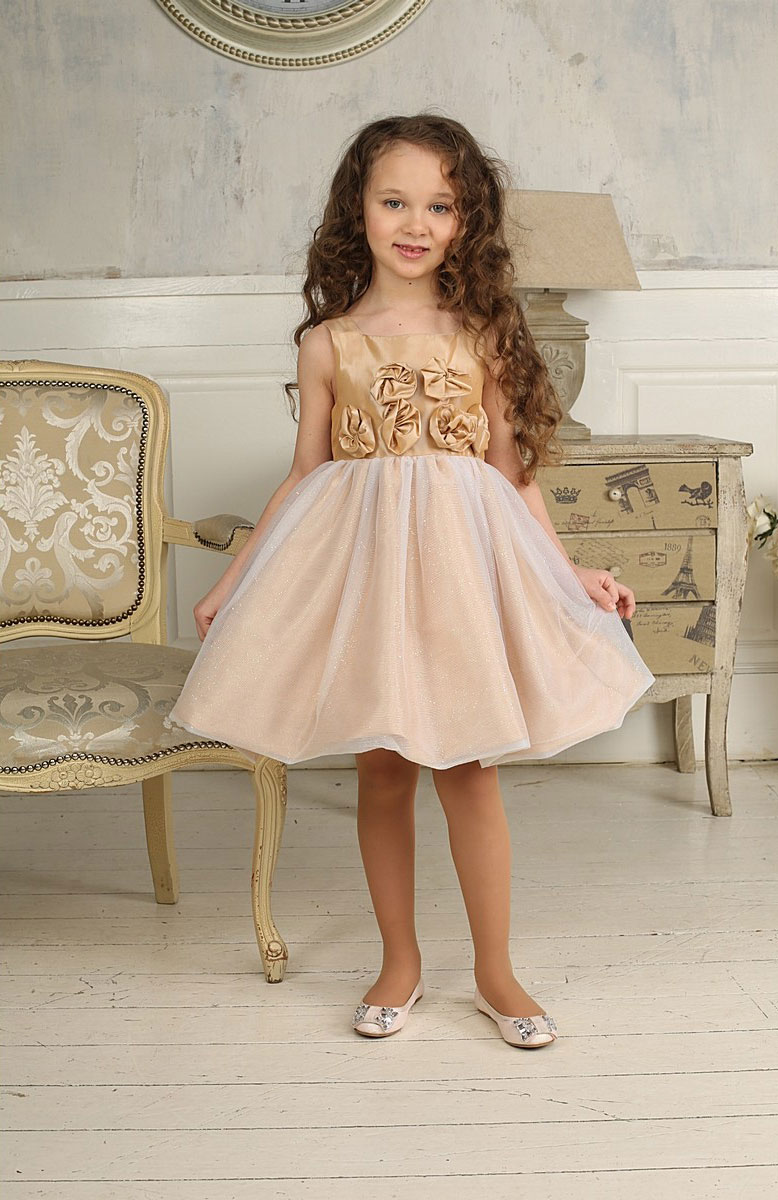 Платье для девочки Sweet Berry, цвет: золотисто-бежевый. 185912. Размер 98, 3 года185912Красивое платье для девочки Sweet Berry идеально подойдет вашей маленькой принцессе для праздничных мероприятий. Платье выполнено из полиэстера на подкладке из натурального хлопка, оно мягкое и приятное на ощупь, не сковывает движения малышки и позволяет коже дышать, не раздражает даже самую нежную и чувствительную кожу ребенка, обеспечивая ему наибольший комфорт.Платье с квадратным вырезом горловины и широкими бретелями имеет слегка завышенную линию талии. На спинке модель застегивается на молнию, что помогает с легкостью переодеть ребенка. От линии талии заложены складочки, придающие изделию пышность. Верхняя часть юбки-баллон выполнена из мягкой многослойной микросетки с блестящим напылением по всей поверхности. Пояс платья украшен декоративными элементами в виде цветов из ткани.Такое платье послужит отличным дополнением к детскому гардеробу. В нем ваша маленькая модница будет чувствовать себя комфортно, и всегда будет в центре внимания!