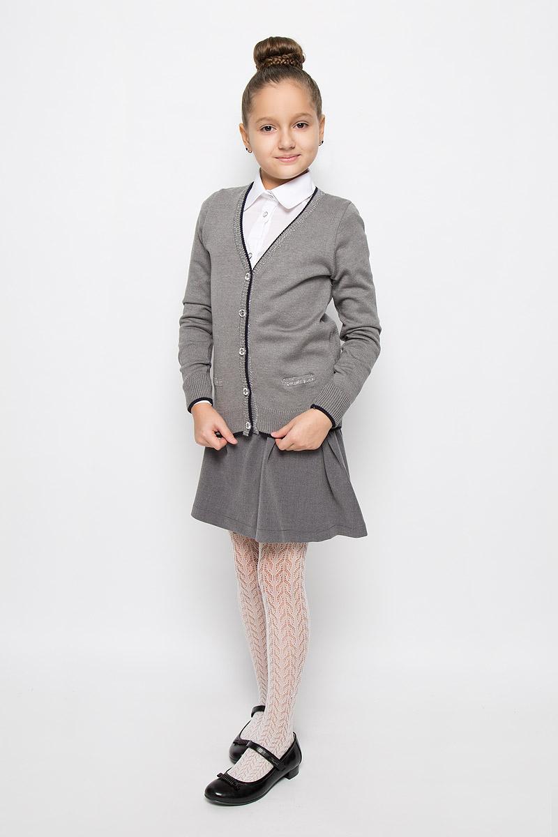 Кардиган для девочки Nota Bene, цвет: серый. CYC26001A-20. Размер 134CYC26001A-20/CYC26001B-20Стильный кардиган для девочки Nota Bene, выполненный из хлопка и акрила, идеально подойдет для школы и повседневной носки. Модель с длинными рукавами и V-образным вырезом горловины застегивается на пуговицы по всей длине. Низ модели, вырез горловины, планка и манжеты связаны резинкой. Кардиган спереди оформлен имитациями прорезных кармашков.
