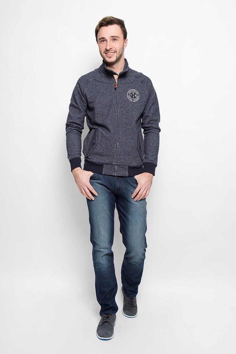Джинсы мужские Wrangler Greensboro, цвет: темно-синий. W15QEE77T. Размер 29-32 (44/46-32)W15QEE77TСтильные мужские джинсы прямого кроя и средней посадки изготовлены высококачественного комбинированного материала.Джинсы на талии застегиваются на металлическую пуговицу, а также имеют ширинку на застежке-молнии и шлевки для ремня. Спереди модель дополнена двумя втачными карманами иодним небольшим накладным кармашком, а сзади - двумя накладными карманами. Изделие оформлено небольшим эффектом потертости.
