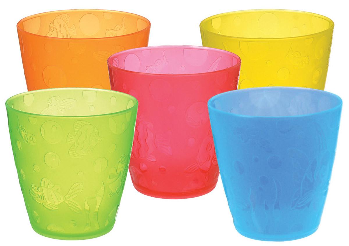 """Детские стаканчики """"Munchkin"""", выполненные из безопасного пластика (не содержит  бисфенол А), прекрасно  подойдут для смены поильника на обычную взрослую чашку для ребенка.В набор  входят пять стаканчиков разных цветов: оранжевый, красный, зеленый, желтый, голубой. Они  украшены  дизайнерским рисунком в виде рыбок, чтобы  добавить удовольствие от любого напитка. Также они прекрасно подходят для мытья на  верхней  подставке в посудомоечной  машине Кредо Munchkin, американской компании с  20-летней историей:  избавить мир от надоевших и прозаических товаров, искать умные инновационные  решения, которые превращает  обыденные задачи в опыт, приносящий удовольствие. Понимая, что наибольшее значение  в быту имеют именно  мелочи, компания создает уникальные товары, которые помогают поддерживать порядок,  организовывать  пространство, облегчают уход за детьми - недаром компания имеет уже более 140 патентов  и изобретений,  используемых в создании ее неповторимой и оригинальной продукции. Munchkin делает  жизнь родителей легче!"""