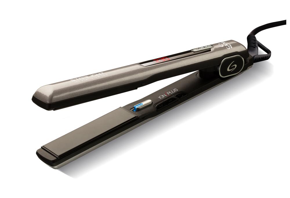 GA.MA Starlight Iht Platinum Ion, Dark Grey выпрямитель для волосP21.SLIGHTDION.PLTВыпрямитель GA.MA Starlight Iht Platinum Ion с турмалиновыми керамическими пластинами обеспечивает равномерное выпрямление волос, делая их гладкими и предотвращая спутывание, придавая волосам здоровый блеск. Благодаря технологии IHT - системе моментального нагрева, - выпрямитель будет готов к работе уже через несколько секунд. Рабочую температуру выпрямителя Starlight можно гибко настроить под тип ваших волос, пользуясь цифровой регулировкой от 160 до 230 °С. Дисплей поможет вам контролировать уровень нагрева, так что вы не пропустите момент готовности выпрямителя к работе!Пластины этого выпрямителя имеют обтекаемую форму, благодаря чему один и тот же инструмент можно использовать не только для выпрямления, но и для завивки волос. Что вам больше подходит - романтические локоны или стильные прямые укладки? Не бойтесь экспериментировать!Благодаря пружинам, размещенным под нагревательными пластинами, подвижные пластины выпрямителя подстраиваются под толщину пряди при каждом движении во время создании укладки. С плавающими пластинами не останется непроработанных участков пряди и снизится риск механического повреждения волос.Еще одна приятная деталь - удобная стильная упаковка Starlight Iht Platinum Ion. Идеальна для того, чтобы преподнести его в подарок тем, кого вы любите, или порадовать себя!Размер пластин: 24 мм х 90 ммСкругленные края для возможности подкручивания волос