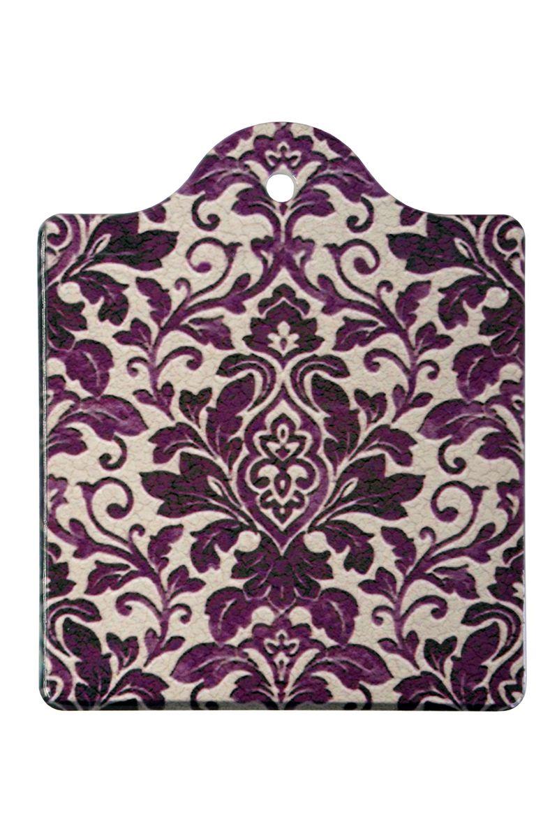 Подставка под горячее GiftnHome Фиолетовый узор, с подвесом, 16 х 19 смW-16 VioletПодставка под горячее GiftnHome Фиолетовый узор изготовлена из керамики с красочным рисунком. Основание выполнено из натуральной пробки, что позволяет предохранить мебель от царапин и повреждений. Такая подставка идеально подойдет для сервировки стола. Она защитит поверхность стола от горячей посуды, следов пищи, влаги. Подставка имеет специальное отверстие для крепления на стену. Благодаря ярким авторским дизайнам от Креативной студии AntonioK такая подставка станет прекрасным интерьерным аксессуаром.
