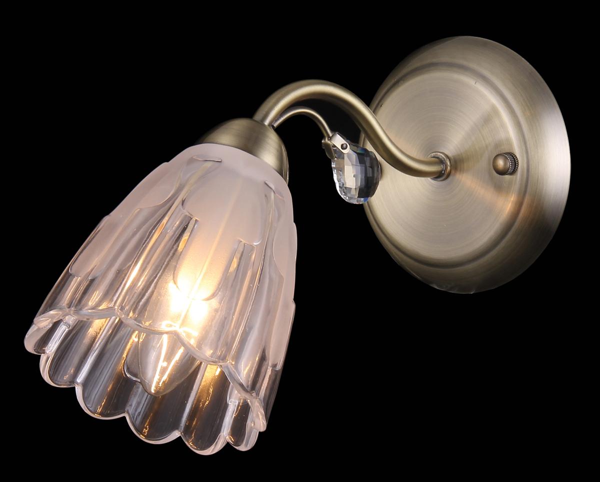Бра Natali Kovaltseva, 1 х E14, 60W. 11433/1W11433/1W ANTIQUEБра Natali Kovaltseva, выполненное в классическом стиле, станет украшением вашей комнаты и изысканно дополнит интерьер. Изделие крепится к стене. Такое бра отлично подойдет для освещения кабинета, спальни или гостиной. Бра выполнено из металла с хромированным покрытием, плафон изготовлен из матового стекла. В коллекциях Natali Kovaltseva представлены разные стили - от классики до хайтека. Дизайн и технологическая составляющая продукции разрабатывается в R&D центре компании, который находится в г. Дюссельдорф, Германия. При производстве продукции используются высококачественные и эксклюзивные материалы: хрусталь ASFOR, муранское стекло, перламутр, 24-каратное золото, бронза. Производство светильников соответствует стандарту системы менеджмента качества ISO 9001-2000. На всю продукцию ТМ Natali Kovaltseva распространяется гарантия.