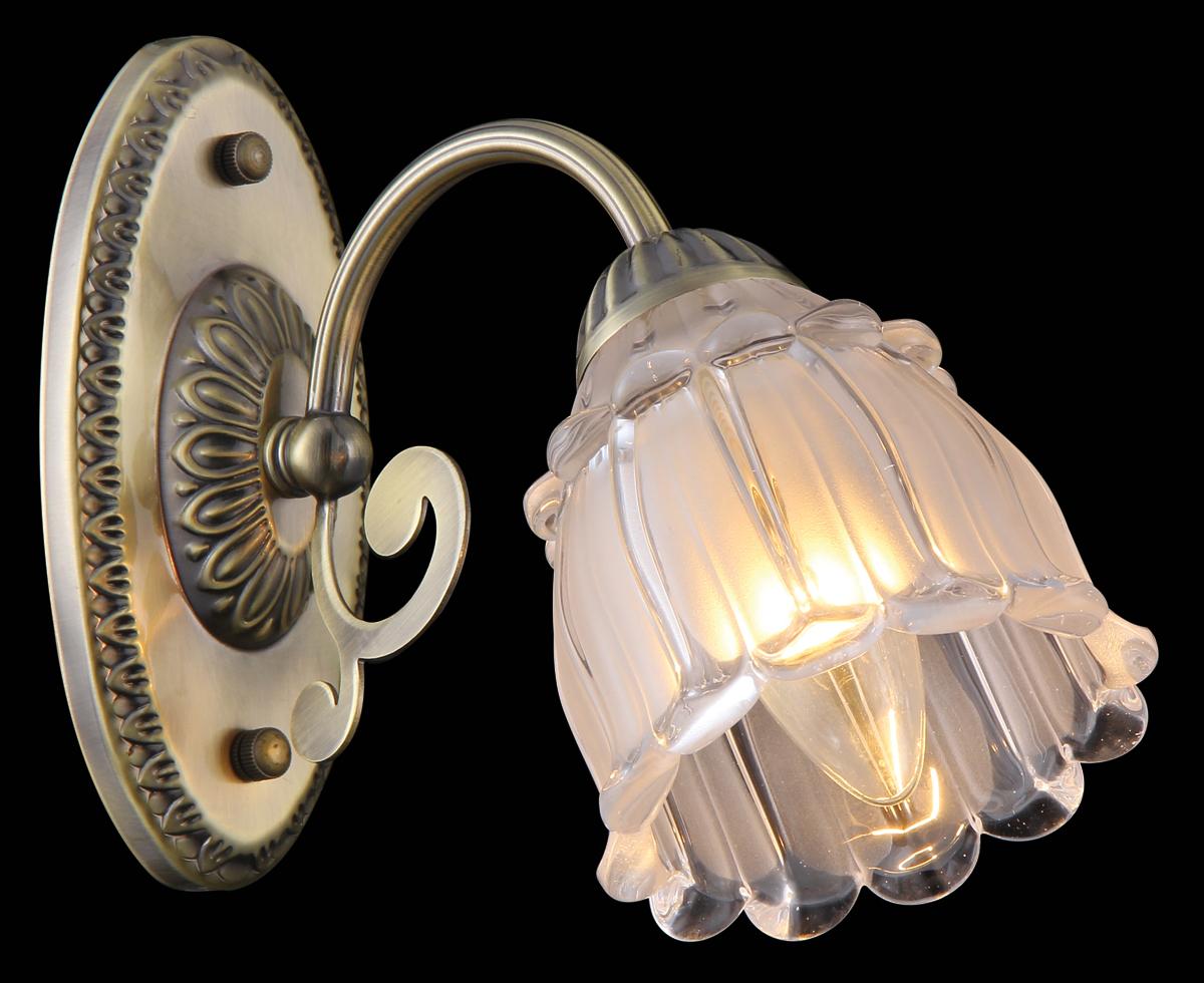 Бра Natali Kovaltseva, 1 х E14, 60W. 75013-1WPARADIS I 75013-1W ANTIQUEБра Natali Kovaltseva, выполненное в классическом стиле, станет украшением вашей комнаты и изысканно дополнит интерьер. Изделие крепится к стене. Такое бра отлично подойдет для освещения кабинета, спальни или гостиной. Бра выполнено из металла с хромированным покрытием, плафон изготовлен из матового стекла. В коллекциях Natali Kovaltseva представлены разные стили - от классики до хайтека. Дизайн и технологическая составляющая продукции разрабатывается в R&D центре компании, который находится в г. Дюссельдорф, Германия. При производстве продукции используются высококачественные и эксклюзивные материалы: хрусталь ASFOR, муранское стекло, перламутр, 24-каратное золото, бронза. Производство светильников соответствует стандарту системы менеджмента качества ISO 9001-2000. На всю продукцию ТМ Natali Kovaltseva распространяется гарантия.