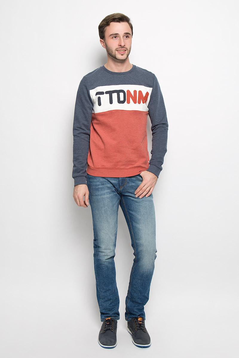 Свитшот мужской Tom Tailor Denim, цвет: темно-синий, белый, кирпичный. 2530436.00.12_6576. Размер L (50)2530436.00.12_6576Стильный мужской свитшот Tom Tailor Denim, изготовленный из хлопка с добавлением полиэстера, мягкий и приятный на ощупь, не сковывает движений и обеспечивает наибольший комфорт.Модель с круглым вырезом горловины и длинными рукавами оформлена спереди фирменным буквенным принтом. Манжеты рукавов, горловина и низ изделия дополнены трикотажными резинками.
