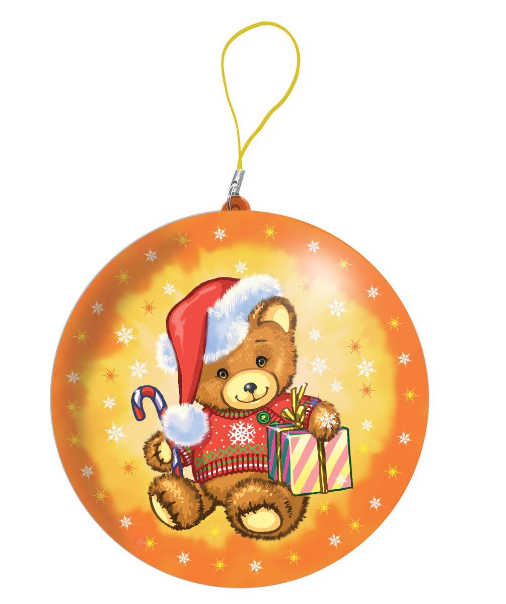 Сладкая Сказка Мишка желтый подарочный шар карамель + магнит, 18 гMK-52-8В каждый Новый год принято украшать новогоднюю ёлку нарядными игрушками и шарами.Группа компаний Сладкая сказка предлагает жёлтые подарочные шары с изображением медведя. Внутри каждого из них — натуральная леденцовая карамель российского производства и коллекционный магнит с одним из любимых новогодних персонажей детей. Впервые внутри шаров появились двусторонние новогодние предсказания: с одной стороны — предсказание для детей, с другой — для родителей. Шары сделаны из жести, легко открываются и закрываются. Их можно повесить на ёлку, как новогоднее украшение, играть с ними в петанк, боулинг, жонглировать или использовать как оригинальную шкатулку.