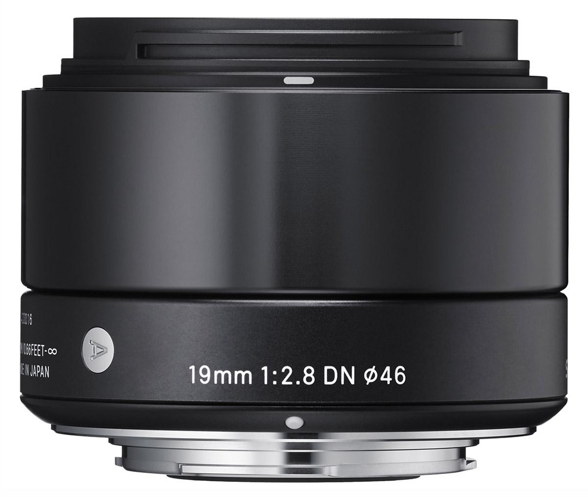 Sigma AF 19mm f/2.8 DN/A, Black широкоугольный объектив для Micro 4/340B963Sigma AF 19mm f/2.8 DN/A - широкоугольный объектив, созданный с применением передовых оптических технологий для любых сюжетов, особенно для съемки пейзажей и в помещениях.Легкая и компактная конструкция объектива имеет длину 45,7 мм и прекрасно сочетается с габаритами беззеркальных фотоаппаратов. Обладая широким углом обзора объектив очень удобен для фотосъемки в помещениях, а также повседневной фотографии. Кроме этого, значительно улучшена функциональность.Простая форма кольца фокусировки, различие текстур каждой части, использование металла как основного материала и цельный корпус – все это составляющие дизайна Sigma AF 19mm f/2.8 DN/A.Использование трех высококачественных литых асферических элементов обеспечивает превосходное исправление искажений и других видов аберрации. Система внутренней фокусировки корректирует колебания для поддержания качества изображения независимо от положения фокуса.Закругленная 7-лепестковая диафрагма создает привлекательное размытие изображения, находящегося не в фокусе. Минимальная дистанция фокусировки равна 20 см, в то время как максимальный коэффициент увеличения составляет 1:7.4.Объектив имеет линейный двигатель AF, который перемещает линзу без необходимости использования дополнительных механических частей. Эта система обеспечивает быструю и бесшумную автофокусировку, что позволяет использовать данную модель как для записи видео, так и для съемки фотографий.