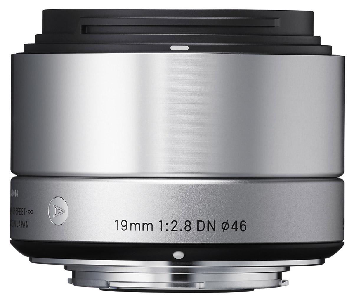 Sigma AF 19mm f/2.8 DN/A, Silver широкоугольный объектив для Sony E (NEX)40S965Sigma AF 19mm f/2.8 DN/A - широкоугольный объектив, созданный с применением передовых оптических технологий для любых сюжетов, особенно для съемки пейзажей и в помещениях.Легкая и компактная конструкция объектива имеет длину 45,7 мм и прекрасно сочетается с габаритами беззеркальных фотоаппаратов. Обладая широким углом обзора объектив очень удобен для фотосъемки в помещениях, а также повседневной фотографии. Кроме этого, значительно улучшена функциональность.Простая форма кольца фокусировки, различие текстур каждой части, использование металла как основного материала и цельный корпус - все это составляющие дизайна Sigma AF 19mm f/2.8 DN/A.Использование трех высококачественных литых асферических элементов обеспечивает превосходное исправление искажений и других видов аберрации. Система внутренней фокусировки корректирует колебания для поддержания качества изображения независимо от положения фокуса.Закругленная 7-лепестковая диафрагма создает привлекательное размытие изображения, находящегося не в фокусе. Минимальная дистанция фокусировки равна 20 см, в то время как максимальный коэффициент увеличения составляет 1:7.4.Объектив имеет линейный двигатель AF, который перемещает линзу без необходимости использования дополнительных механических частей. Эта система обеспечивает быструю и бесшумную автофокусировку, что позволяет использовать данную модель как для записи видео, так и для съемки фотографий.
