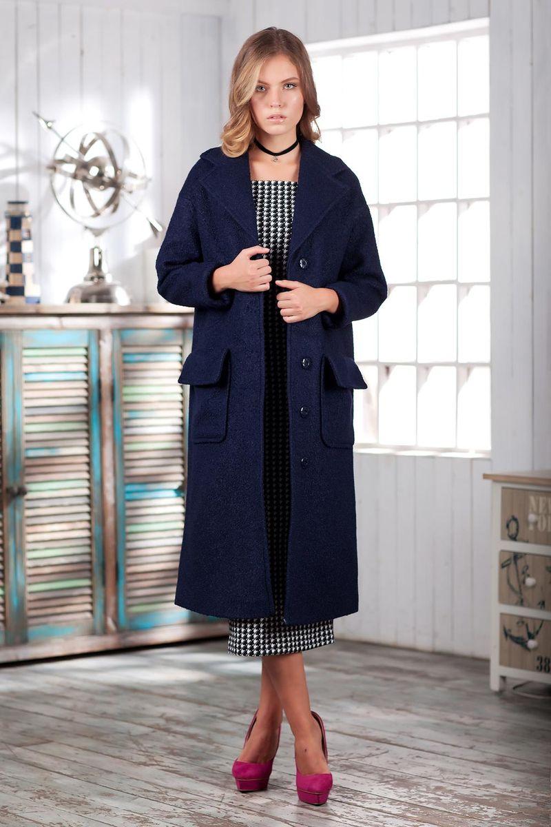 Пальто женское Ruxara, цвет: темно-синий. 2301241. Размер 482301241Элегантное демисезонное пальто на подкладке. Модель прямого кроя длиной ниже колена с длинным рукавом. Горловина оформлена отложным воротником с широкими лацканами. На полочке выполнены накладные карманы с отворотами, имитирующими клапаны. Впереди потайная застежка на кнопки. Пальто станет удачным дополнением к осеннему гардеробу.