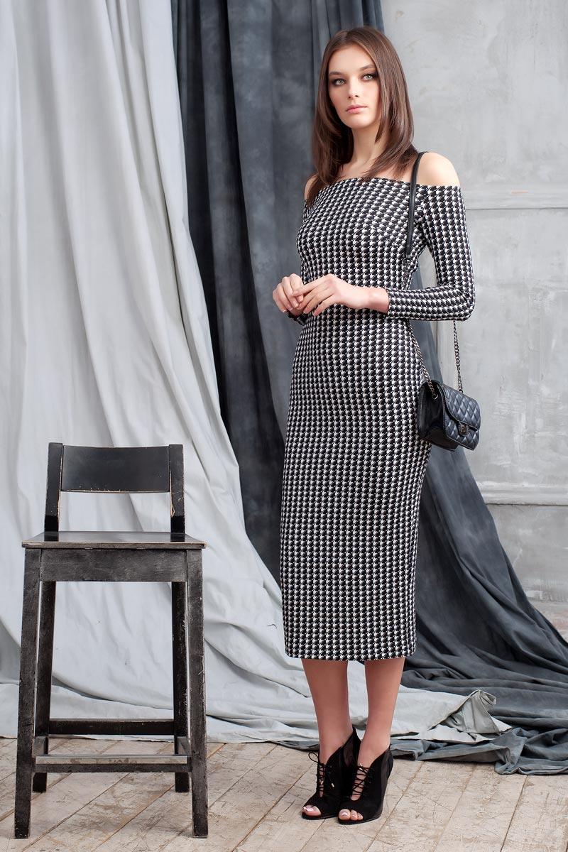 Платье Ruxara, цвет: черный. 0109901. Размер 480109901Элегантное платье из фактурного трикотажа с геометричеким принтом подчеркнет ваш отменный вкус и изгибы фигуры, а также станет стержнем для разнообразного комбинирования с обувью и аксессуарами. Модель прилегающего силуэта длиной ниже колена с рукавом 3/4. Вырез-лодочка делает акцент на изящные плечи. Эластичная резинка по горловине позволяет надежно фиксировать платье на плечах.