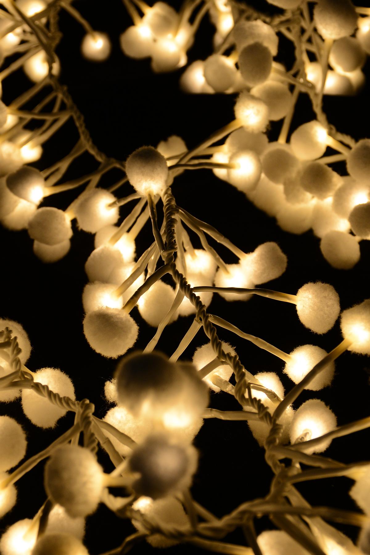 Гирлянда новогодняя электрическая Winter Wings Шары, 192 лампы, 4,8 м. N11286N11286Новогодняя электрическая гирлянда Winter Wings «Шары» украсит интерьер вашего дома или офиса в преддверии Нового года. Лампы выполнены в виде мягких шаров. Оригинальный дизайн и красочное исполнение создадут праздничное настроение. Откройте для себя удивительный мир сказок и грез. Почувствуйте волшебные минуты ожидания праздника, создайте новогоднее настроение вашим дорогим и близким.Материал: ПВХ, пластик, металл. Количество ламп: 192 шт.Мощность: 0,06 ВтНапряжение: 3 ВЦвет кабеля: белый.