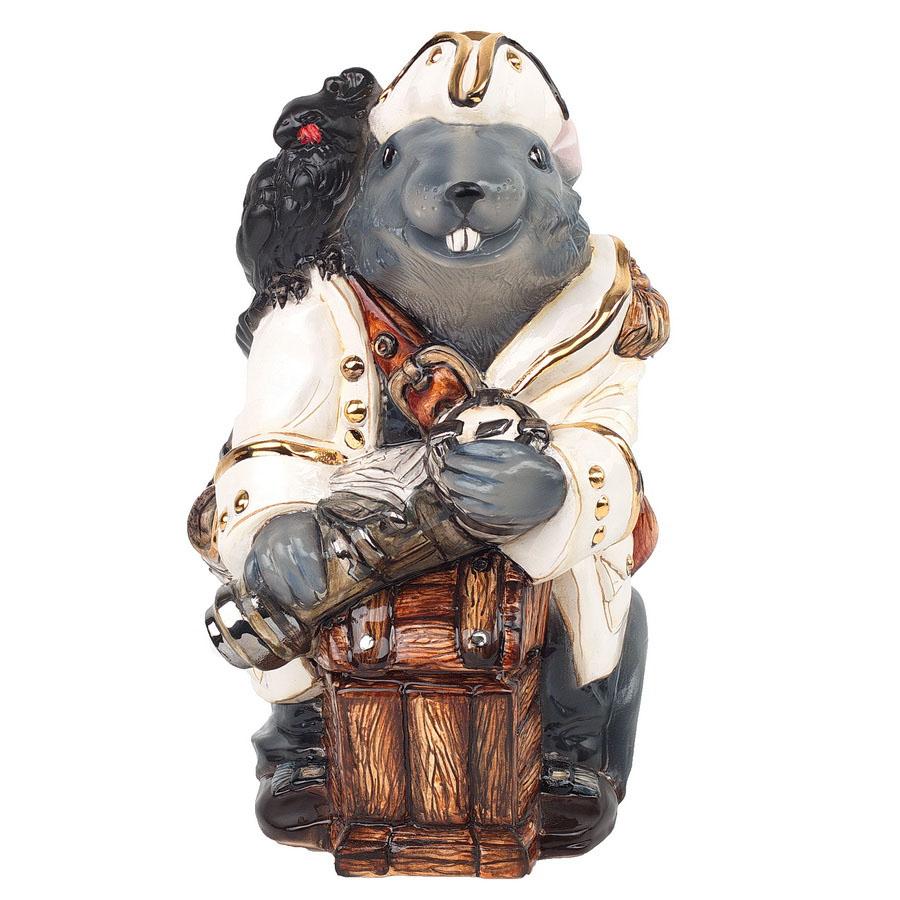 """Керамическая статуэтка """"Крыса Пират"""". ZORA. Россия. Керамика Zora, три обжига, ручная работа, смешанные техники, напыление, ручная роспись, глазурь по керамике, пигменты. Размер: 22 х 16 см. Сохранность хорошая. Золото 17 %, платина 13% Крыса в Китае и Индии является символом изобилия, процветания и достатка. В китайской мифологии это животное служит вечным спутником бога счастья Дайкоку, который несет с собой еще и мешок добра. В нашем случае - целый сундук! В учении фен-шуй именно крыса занимает главенствующее место и является признанным символом благосостояния. Очевидно же, что этот зверёк не может завестись в бедном доме, ведь там ему просто нечего будет есть. Поэтому крыса, которая появилась в жилище, считается предвестником финансового процветания семьи. Располагать изображение крысы нужно в зоне богатства, где она сможет активизировать денежные энергии и направить их в нужное русло. Пусть наш франт принесет вам удачу и финансовое благополучие!"""