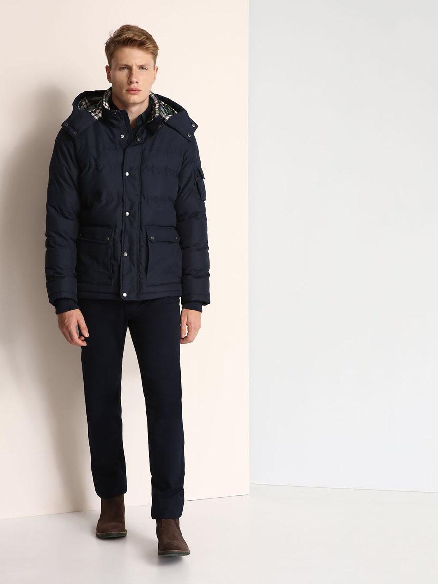 Куртка мужская Top Secret, цвет: темно-синий. SKU0723GR. Размер L (50)SKU0723GRМужская куртка Top Secret выполнена из 100% полиэстера и дополнена теплой подкладкой. Модель со съемным капюшоном, воротником-стойкой и длинными рукавами застегивается на застежку-молнию и имеет ветрозащитную планку на кнопках. Капюшон пристегивается к изделию за счет застежки-молнии. Низ рукавов дополнен эластичными манжетами. Спереди расположено два накладных кармана с клапанами на кнопках, а с внутренней стороны - прорезной карман на застежке-молнии. На левом рукаве расположен накладной карман с клапаном на кнопке и боковой карман на застежке-молнии.