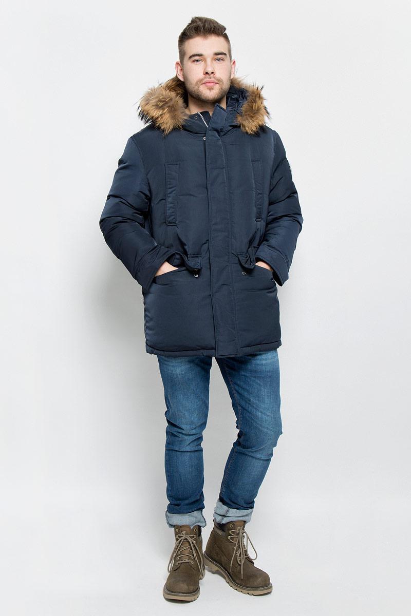 Пуховик мужской Baon, цвет: темно-синий. B506523. Размер M (48)B506523_DEEP NAVYМужской пуховик Baon изготовлен из высококачественного полиэстера. В качестве утеплителя используется натуральный пух.Куртка с несъемным капюшоном застегивается на застежку-молнию с двумя бегунками и дополнительно имеет ветрозащитную планку на кнопках. Капюшон оснащен эластичными шнурками со стопперами и оформлен натуральным мехом, который пристегивается к нему за счет застежки-молнии. Низ рукавов дополнен хлястиками на кнопках. Объем по линии талии регулируется с помощью эластичного шнурка со стоппером. Спереди имеются четыре прорезных кармана с клапанами на кнопках, с внутренней стороны - два прорезных кармана на застежках-молниях. Модель оформлена фирменными нашивками.