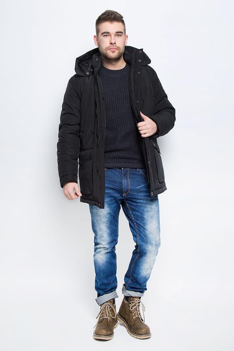 Куртка мужская Finn Flare, цвет: черный. W16-22009_200. Размер XXXL (56)W16-22009_200Мужская куртка Finn Flare выполнена из хлопка с добавлением нейлона. В качестве подкладки и наполнителя используется полиэстер. Модель с воротником-стойкой и со съемным капюшоном застегивается на застежку-молнию с двумя бегунками и имеет ветрозащитную планку на кнопках. Капюшон дополнен эластичным шнурком со стоплерами и пристегивается к изделию за счет кнопок. Низ рукавов дополнен внутренними эластичными манжетами. Объем по линии талии регулируется за счет скрытого эластичного шнурка со стоплерами. Спереди расположено четыре накладных кармана, два из которых с клапанами на кнопках и два прорезных кармана на кнопках, а с внутренней стороны накладной карман липучке и прорезной карман на застежке-молнии. Модель оформлена символикой бренда.