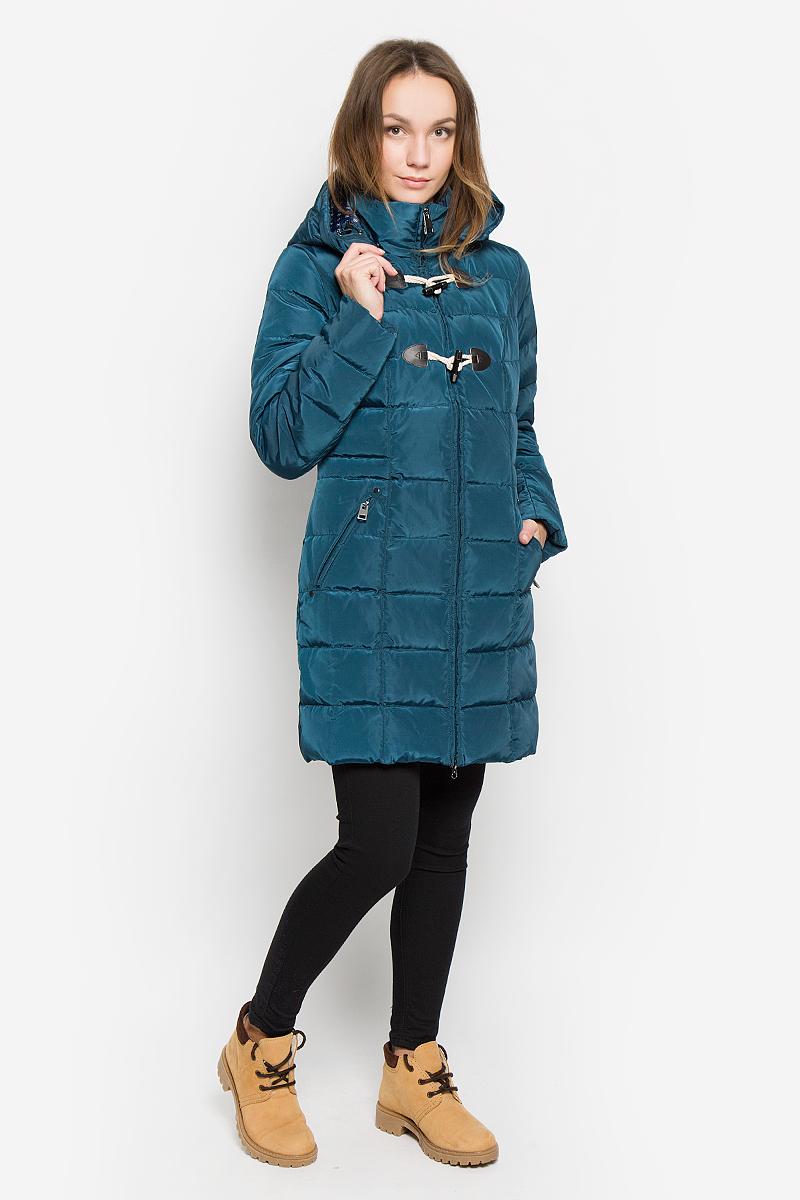 Пальто женское Finn Flare, цвет: темно-бирюзовый. W16-12019_142. Размер M (46)W16-12019_142Стильное женское пальто Finn Flare изготовлено из высококачественного полиэстера. В качестве утеплителя используется пух с добавлением пера. Пальто с воротником-стойкой и съемным капюшоном, дополненным эластичным шнурком, застегивается на пластиковую молнию и дополнительно на оригинальные пуговицы. Капюшон пристегивается к пальто с помощью кнопок. Спереди расположены два прорезных кармана на застежках-молниях. Талия с внутренней стороны регулируется с помощью эластичного шнурка. Манжеты рукавов дополнены трикотажными напульсниками.