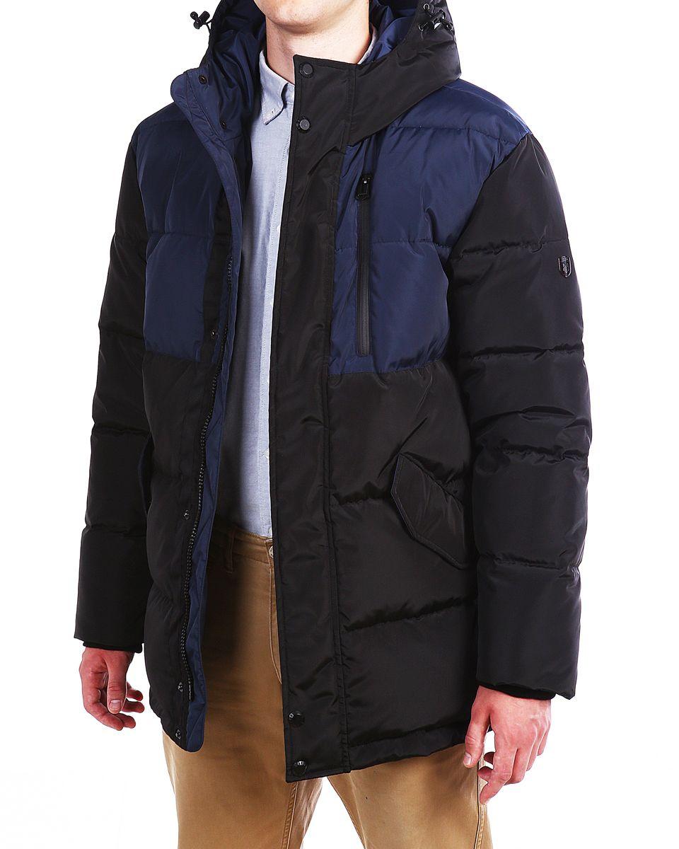 Пуховик мужской Xaska, цвет: темно-синий, черный. 16605. Размер 5416605_Navy/BlackМужской пуховик Xaska изготовлен из высококачественного полиэстера. В качестве утеплителя используется гусиный пух с добавлением полиэстера. Пуховик с несъемным капюшоном застегивается на застежку-молнию, а также дополнительно имеет ветрозащитную планку на кнопках. Капюшон оснащен текстильным шнурком со стопперами. Рукава дополнены внутренними эластичными манжетами. Объем по низу регулируется с помощью эластичного шнурка со стопперами. Спереди расположены два кармана с клапанами на кнопках и один карман на застежки молнии на груди, внутри два прорезных кармана на застежках-молниях. На левом рукаве расположена небольшая металлическая пластина с названием бренда.