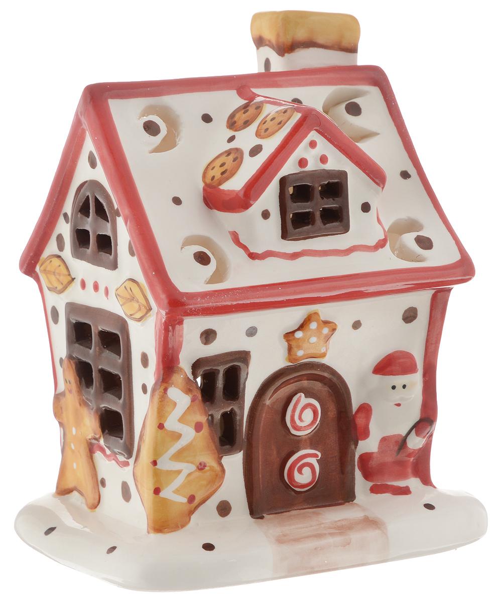 """Подсвечник Winter Wings """"Пряничный дом"""", изготовленный из керамики, станет прекрасным украшением интерьера помещения в преддверии Нового года. Подсвечник выполнен в виде пряничного домика и рассчитан на 1 чайную свечу (входит в комплект).  Зажигать свечи в Новый год - неизменная традиция, которая позволяет наполнить дом волшебством и таинственностью новогодней ночи. Размер подсвечника: 15 х 10 х 12 см."""