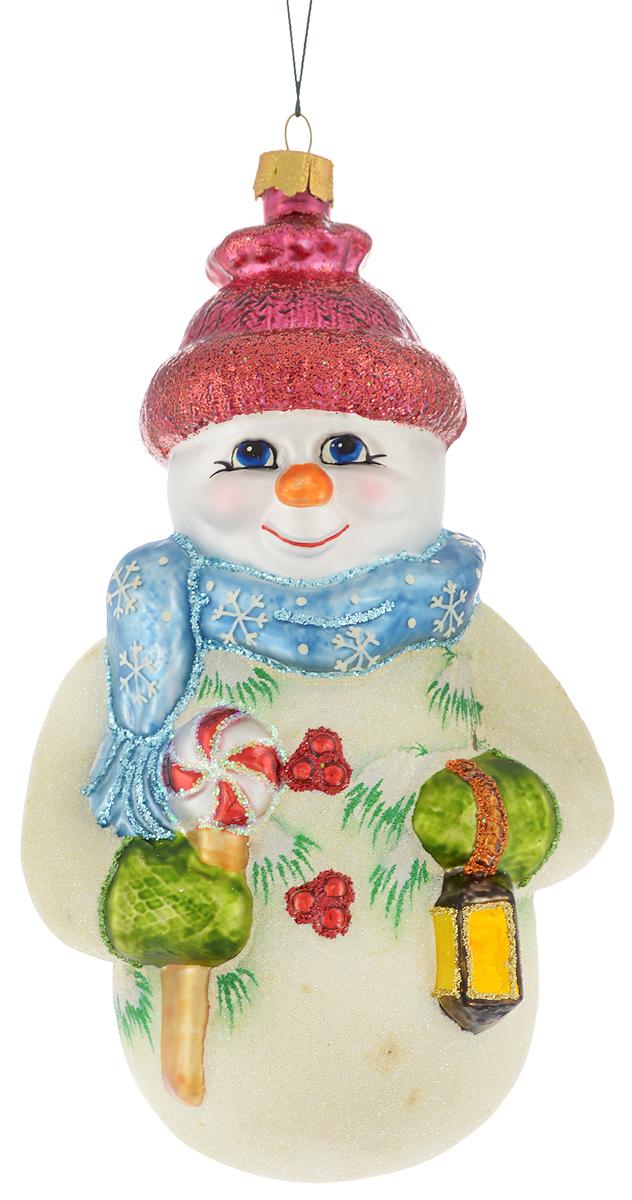 Украшение новогоднее подвесное Winter Wings Снеговик в голубом шарфике, 10,5 х 8 х 18 смN07242Новогоднее подвесное украшение Winter Wings Снеговик в голубом шарфике прекрасно подойдет для праздничного декора новогодней ели. Изделие выполнено из высококачественного стекла с блестками. Для удобного размещения на елке на украшении предусмотрено ушко и веревочка.Елочная игрушка - символ Нового года. Она несет в себе волшебство и красоту праздника. Создайте в своем доме атмосферу веселья и радости, украшая новогоднюю елку нарядными игрушками, которые будут из года в год накапливать теплоту воспоминаний. Откройте для себя удивительный мир сказок и грез. Почувствуйте волшебные минуты ожидания праздника, создайте новогоднее настроение вашим дорогим и близким.