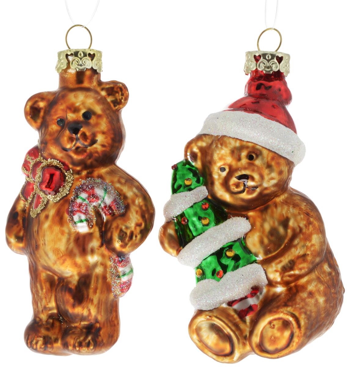 Набор новогодних подвесных украшений Winter Wings Мишки, 2 штN07850Набор Winter Wings Мишки состоит из 2 подвесных украшений, выполненных из стекла. Оригинальные новогодние украшения в виде медвежат прекрасно подойдут для праздничного декора дома и новогодней ели. С помощью специальной петельки их можно повесить в любом понравившемся вам месте. Но, конечно, удачнее всего такие игрушки будут смотреться на праздничной елке. Елочная игрушка - символ Нового года и Рождества. Она несет в себе волшебство и красоту праздника. Создайте в своем доме атмосферу веселья и радости, украшая новогоднюю елку нарядными игрушками, которые будут из года в год накапливать теплоту воспоминаний. Размер мишки с елкой: 4,5 х 4,5 х 8,5 см.Размер мишки с конфетой: 4,5 х 3,5 х 9 см.