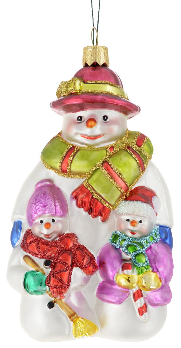 Украшение новогоднее подвесное Winter Wings Трио снеговиков, 7,5 х 6 х 13 смN07209Новогоднее подвесное украшение Winter Wings Трио снеговиков прекрасно подойдет для праздничного декора новогодней ели. Изделие выполнено из высококачественного стекла с блестками. Для удобного размещения на елке на украшении предусмотрено ушко и веревочка.Елочная игрушка - символ Нового года. Она несет в себе волшебство и красоту праздника. Создайте в своем доме атмосферу веселья и радости, украшая новогоднюю елку нарядными игрушками, которые будут из года в год накапливать теплоту воспоминаний. Откройте для себя удивительный мир сказок и грез. Почувствуйте волшебные минуты ожидания праздника, создайте новогоднее настроение вашим дорогим и близким.