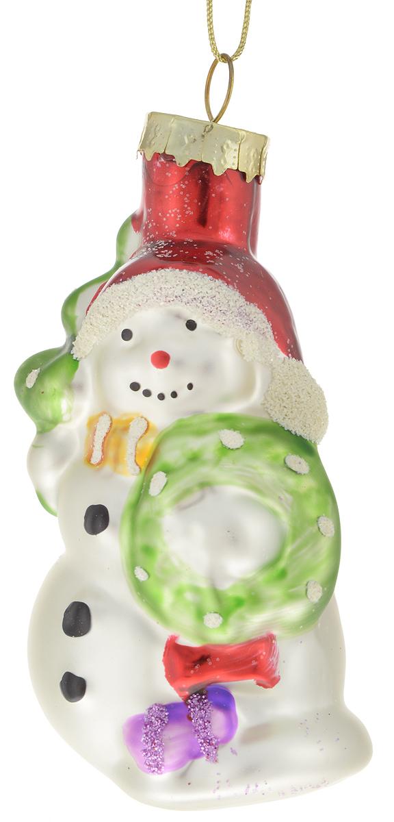 Украшение новогоднее подвесное Winter Wings Снеговик с елкой, 4,5 х 4,5 х 9,5 смN07347Новогоднее подвесное украшение Winter Wings Снеговик с елкой прекрасно подойдетдля праздничного декора новогодней ели. Изделие выполнено из высококачественного стекла с блестками. Для удобного размещения на елкена украшении предусмотрено ушко и веревочка. Елочная игрушка - символ Нового года. Она несет в себе волшебство и красоту праздника.Создайте в своем доме атмосферу веселья и радости, украшая новогоднюю елку наряднымиигрушками, которые будут из года в год накапливать теплоту воспоминаний.Откройте для себя удивительный мир сказок и грез. Почувствуйте волшебные минутыожидания праздника, создайте новогоднее настроение вашим дорогим и близким.