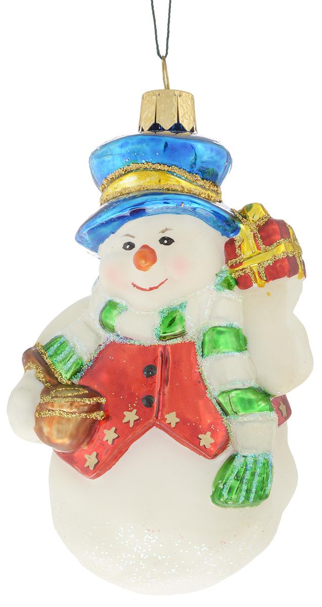 Украшение новогоднее подвесное Winter Wings Снеговик в синей шапке, 6,5 х 5 х 11 смN07119Новогоднее подвесное украшение Winter Wings Снеговик в синей шапке прекрасно подойдет для праздничного декора новогодней ели. Изделие выполнено из высококачественного стекла с блестками. Для удобного размещения на елке на украшении предусмотрено ушко и веревочка.Елочная игрушка - символ Нового года. Она несет в себе волшебство и красоту праздника. Создайте в своем доме атмосферу веселья и радости, украшая новогоднюю елку нарядными игрушками, которые будут из года в год накапливать теплоту воспоминаний. Откройте для себя удивительный мир сказок и грез. Почувствуйте волшебные минуты ожидания праздника, создайте новогоднее настроение вашим дорогим и близким.