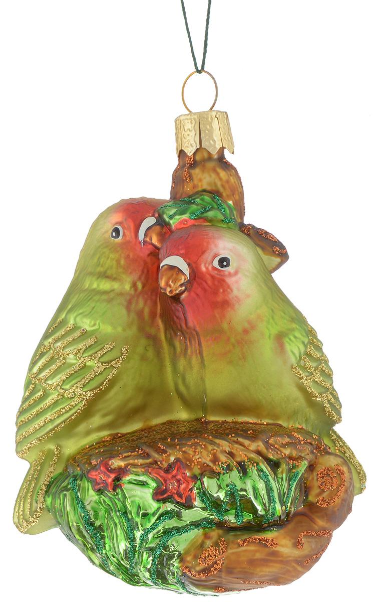 Украшение новогоднее подвесное Winter Wings Попугайчики, 7 х 5,5 х 8 смN07130Новогоднее подвесное украшение Winter Wings Попугайчики прекрасно подойдет для праздничного декора новогодней ели. Изделие выполнено из высококачественного стекла с блестками. Для удобного размещения на елке на украшении предусмотрено ушко и веревочка.Елочная игрушка - символ Нового года. Она несет в себе волшебство и красоту праздника. Создайте в своем доме атмосферу веселья и радости, украшая новогоднюю елку нарядными игрушками, которые будут из года в год накапливать теплоту воспоминаний. Откройте для себя удивительный мир сказок и грез. Почувствуйте волшебные минуты ожидания праздника, создайте новогоднее настроение вашим дорогим и близким.