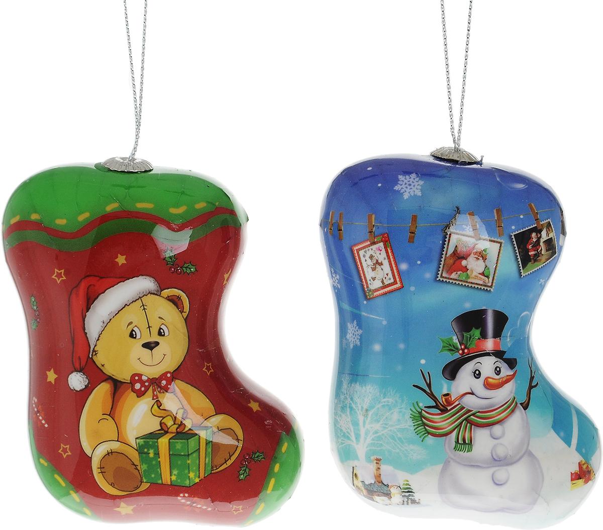 """Набор подвесных украшений Winter Wings """"Сапожки"""" прекрасно  подойдет для праздничного декора новогодней ели. Набор состоит из двух  пластиковых украшений в виде сапожков, украшенных новогодним рисунком.  Для удобного размещения на елке для каждого украшения предусмотрена  петелька.  Елочная игрушка - символ Нового года. Она несет в себе волшебство и  красоту праздника. Создайте в своем доме атмосферу веселья и радости,  украшая новогоднюю елку нарядными игрушками, которые будут из года в  год накапливать теплоту воспоминаний.  Откройте для себя удивительный мир сказок и грез. Почувствуйте  волшебные минуты ожидания праздника, создайте новогоднее настроение  вашим дорогим и близким.  Размер украшения: 7,5 х 3,5 х 8,5 см."""