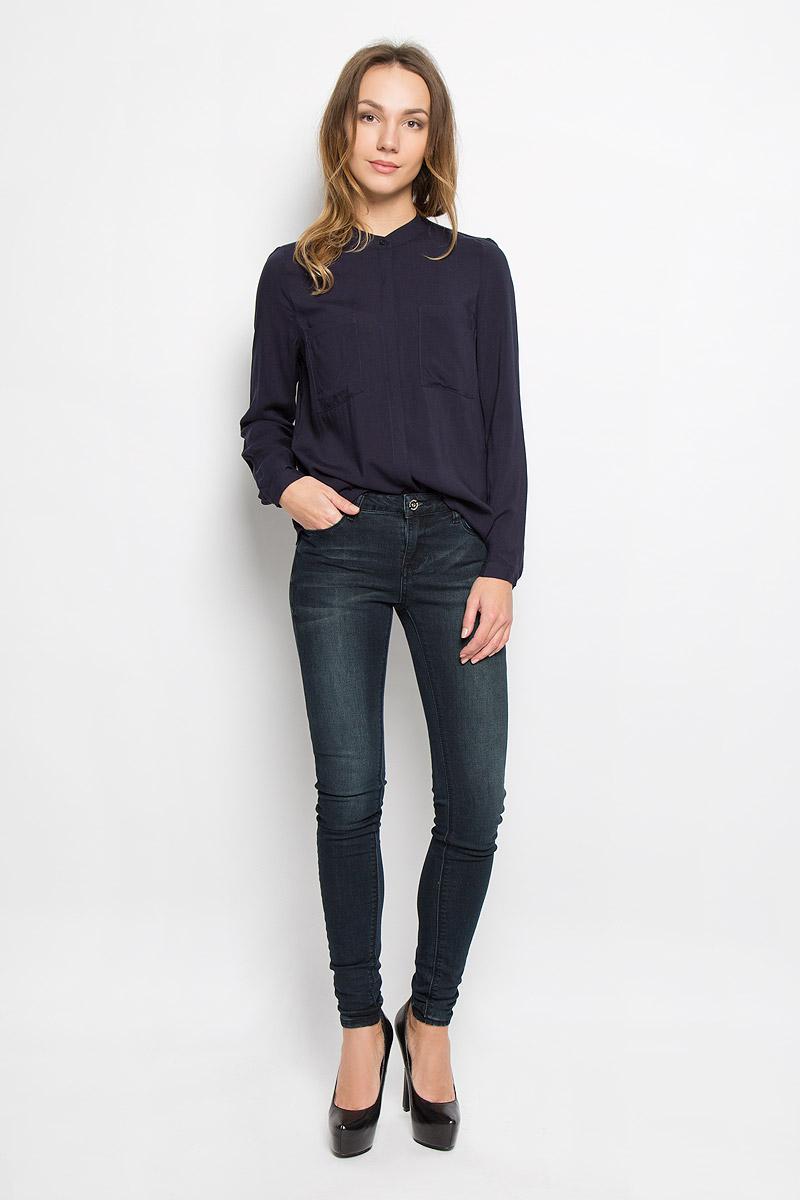 Блузка женская Broadway Ressie, цвет: темно-синий. 10156633_541. Размер XS (42)10156633_541Стильная женская блузка выполненная из 100% вискозы будет хорошо сочетаться как с юбкой, так и с брюками. Модель с круглым вырезом горловины и длинными рукавами застегивается по всей длине на пластиковые пуговицы скрытые планкой. На груди блузка дополнена двумя накладными карманами.