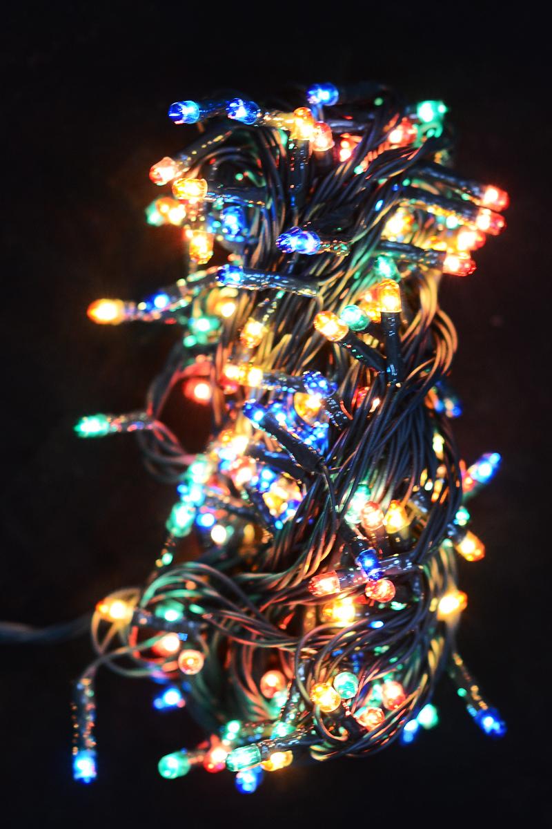 Гирлянда новогодняя электрическая Magic Time, 180 лампочек, 700 см. 4227542275/76253Новогодняя электрическая гирлянда Magic Time украсит интерьер вашего дома или офиса в преддверии Нового года. Лампы выполнены в разных цветах. Имеется контроллер переключения режимов мигания огней (8 режимов). Оригинальный дизайн и красочное исполнение создадут праздничное настроение. Откройте для себя удивительный мир сказок и грез. Почувствуйте волшебные минуты ожидания праздника, создайте новогоднее настроение вашим дорогим и близким.Материал: медь, поливинилхлорид, стекло, вольфрамовая нить. Количество ламп: 180 шт.Мощность: 18 Вт.Напряжение: 220 В.