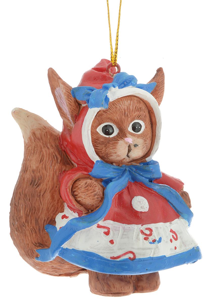 Украшение новогоднее подвесное Magic Time Милая белочка, 5,3 х 4 х 7,5 см38309Новогоднее подвесное украшение Magic Time Милая белочка выполнено из полирезины в виде белки. С помощью специальной петельки украшение можно повесить в любом понравившемся вам месте. Но, конечно, удачнее всего оно будет смотреться на праздничной елке.Елочная игрушка - символ Нового года. Она несет в себе волшебство и красоту праздника. Создайте в своем доме атмосферу веселья и радости, украшая новогоднюю елку нарядными игрушками, которые будут из года в год накапливать теплоту воспоминаний.