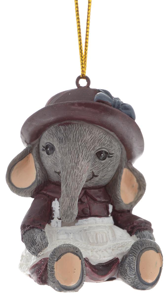 Украшение новогоднее подвесное Magic Time Слоник в фиолетовой шапочке, 4,6 х 4,6 х 5,7 см. 3830738307Новогоднее подвесное украшение Magic Time Слоник в фиолетовой шапочке выполнено из полирезины в виде слона в шляпе. С помощью специальной петельки украшение можно повесить в любом понравившемся вам месте. Но, конечно, удачнее всего оно будет смотреться на праздничной елке.Елочная игрушка - символ Нового года. Она несет в себе волшебство и красоту праздника. Создайте в своем доме атмосферу веселья и радости, украшая новогоднюю елку нарядными игрушками, которые будут из года в год накапливать теплоту воспоминаний.