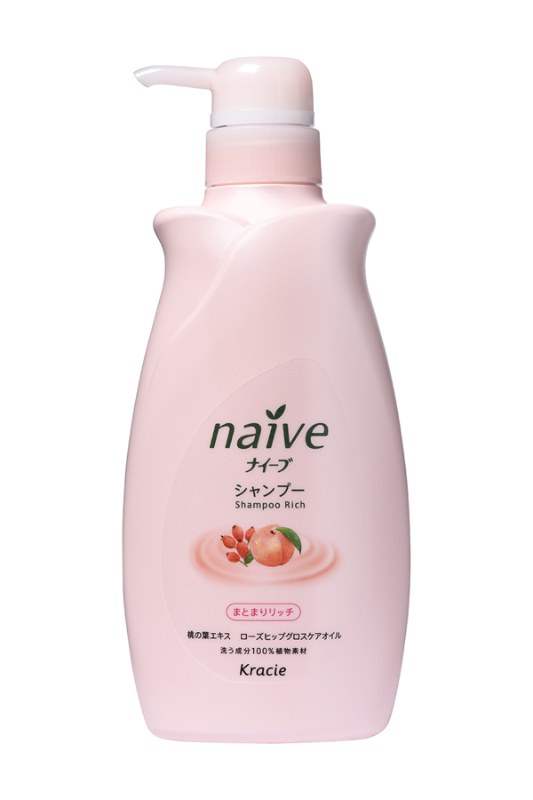 Kracie 71581 Naive Шампунь для сухих волос восстанавливающий Naive - экстракт персика и масло, 550 мл71581krМягкий шампунь восстанавливает повреждённые волосы, обеспечивает их необходимыми питательными и увлажняющими веществами. Благодаря моющим компонентам 100% растительного происхождения, шампунь не раздражает кожу головы, мягко моет волосы, придает им блеск и силу.• Гликозилтрегалоза (увлажняющее вещество аминокислотной группы) в сочетании с растительными экстрактами глубоко увлажняет волосы, предотвращая ломкость и секущиеся кончики.• Экстракт из листьев и мякоти плодов персикового дерева питает волосы, защищает от пересушивания, увлажняет и смягчает кожу головы. • Масло шиповника делает волосы блестящими и гладкими.Способ применения: держа крышку флакона, повернуть колпачок с носиком против часовой стрелки так, чтобы колпачок поднялся вверх. Необходимое количество шампуня нанести на влажные волосы, вспенить массирующими движениями, смыть тёплой водой. На кончике носика средство может затвердевать, поэтому будьте внимательны, так как при сильном нажатии средство может вылететь в сторону.