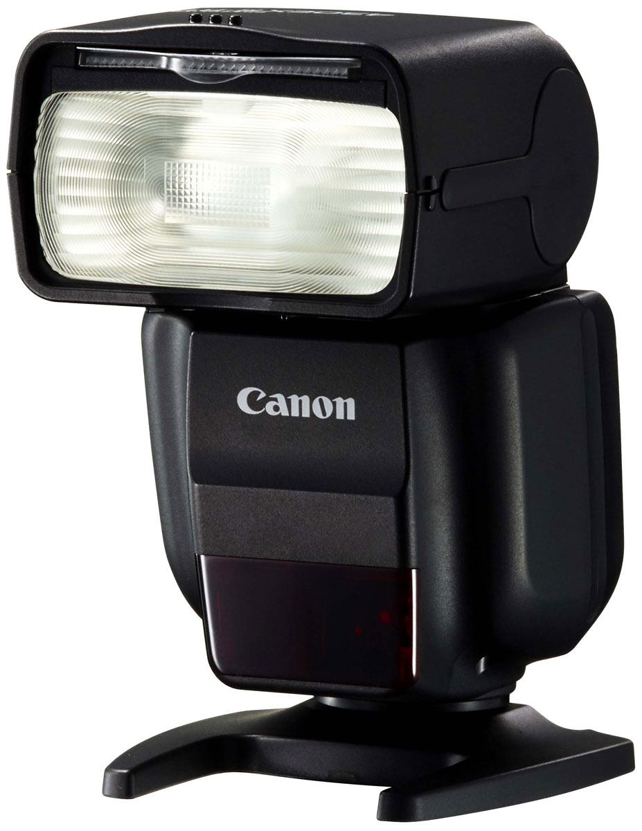Canon Speedlite 430EX III-RT вспышка0585C003Оцените новые возможности освещения с мощной, удобной и компактной вспышкой Canon Speedlite 430EX III-RT.Радиочастотное управление позволяет легко управлять внешней вспышкой, что откроет для вас новыеспособы создания креативных фотографий.Ведущее число 43 (м, ISO 100) означает, что вспышка достаточно мощная для использования в различныхусловиях.Небольшая вспышка Speedlite 430EX III-RT весит всего 295 г и имеет длину всего 113,8 мм — для нее всегданайдется место в вашей сумке.Оснащенная легкодоступными элементами питания типоразмера AA, вспышка перезаряжается всего за 3,2 спосле полной разрядки.Элементы управления вспышки Speedlite 430EX III-RT схожи с элементами управления, используемыми на многихкамерах EOS. Кнопки доступа используются для управления ключевыми функциями, а колесо управленияпозволяет быстро выполнить необходимые настройки. Переключатель блокировки предотвратит случайноеизменение настроек. ЖК-дисплей четко отображает настройки и информацию о параметрах съемки, а вусловиях слабого освещения включается подсветка дисплея.Благодаря радиочастотному управлению вспышкой Speedlite 430EX III-RT можно управлять на расстоянии до 30м, при этом она может находиться за пределами поля зрения. Это позволяет устанавливать вспышку в самыхразных местах для создания особой атмосферы и разнообразных эффектов.Используйте несколько вспышек в группах, настраивая яркость каждой отдельной группы. Можно создать допяти групп (до 15 вспышек в каждой группе).Регулируемая головка вспышки позволяет отражать свет от больших поверхностей, например стен или потолка,создавая мягкое освещение без теней, которое прекрасно подойдет для съемки портретов. Встроенныйотражатель можно использовать для создания блеска во взгляде объекта съемки, что делает взгляд болееглубоким.Подключите отражающий адаптер, который входит в комплект поставки, чтобы добиться еще более мягкогоосвещения. Цветной фильтр, который входит в комплект поставки, позволит создать