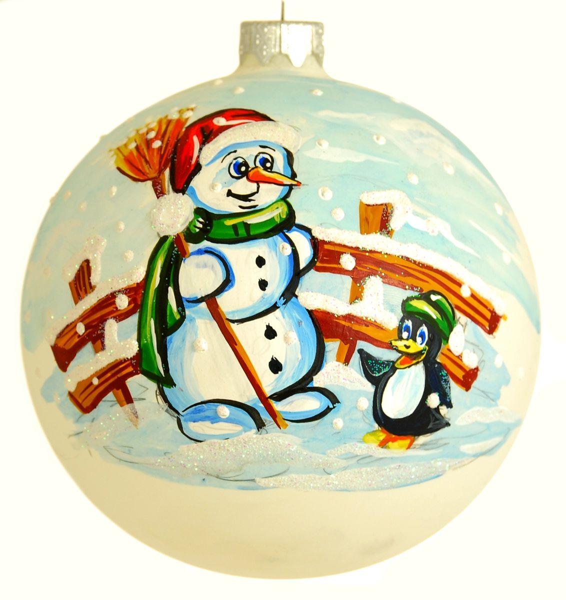 """Стеклянная елочная игрушка - Шар """"Снеговик и пингвин"""" диаметром 100 мм. Ручная роспись. Упакован в подарочную коробку + защитный гофрокороб."""