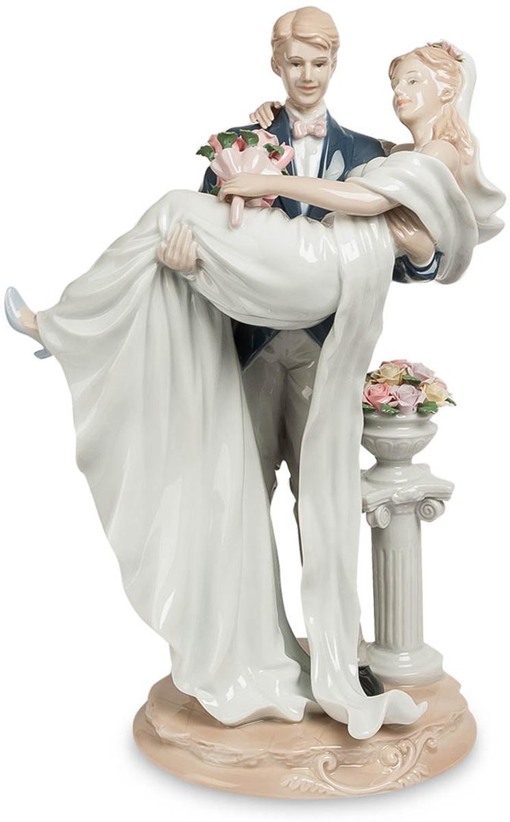 Фигурка Pavone Молодожены. JP-15/ 4JP-15/ 4Фигурка Молодожёнов высотой 35 см.Прекрасная традиция - заходить в новое жилище с невестой на руках. Главное, что бы жилище было не на 25-м этаже!