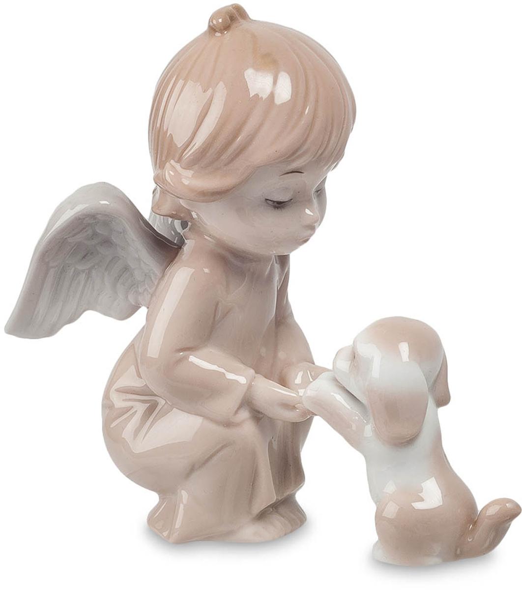 Фигурка декоративная Pavone Ангел, высота 10,5 смJP-05/10Декоративная фигурка Pavone Ангел в виде ангелочка изготовлена из глазурованного фарфора. Нова - покровительница животных. Она оберегает их и всячески им помогает. Самые святые существа - это маленькие ангелочки. Они чистые и телом и своей маленькой искренней душой. Эта статуэтка станет украшением любой коллекции и, несомненно, понравится, как детишкам, так и взрослым. Все настолько продумано в этой фигурке, что она поражает всеми своими особенностями.Вы можете поставить украшение в любом месте, где оно будет удачно смотреться и радовать глаз. Кроме того, эта фигурка станет прекрасным подарком для близкого человека.