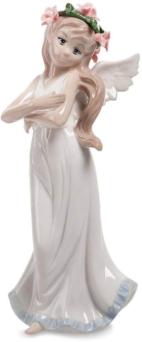 Фигурка декоративная Pavone Ангел, высота 20,5 смJP-10/ 8Декоративная фигурка Pavone АнгелЭто фигурки небольших размеров, изготовленные из фарфора и окрашенные дополнительно цветовой палитрой для большей выразительности и красоты.Фигурка точно повторяет очертания очаровательного ангела, а выбранные для ее украшения тона не делают фигурку слишком навязчивой, а наоборот успокаивают и создают гармонию там, где она будет размещена. Украсьте фарфоровым ангелочком свою гостиную и наслаждайтесь результатом, ведь ваша комната станет более комфортной и приятной для гостей.