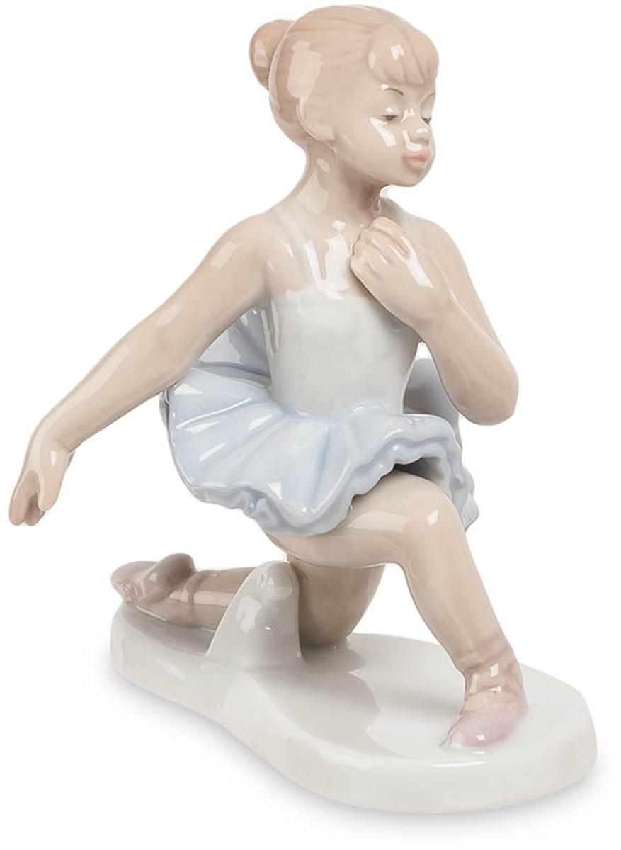 Фигурка Pavone Балерина. JP-27/17JP-27/17Фигурка Балерины высотой 11 см.Танец это движение, действие, и как любое действие, он открывает нас для самих себя.Балет прекрасен: это подтвердят все, кто хоть раз присутствовал на танцевальном спектакле в театре. Статуэтка Балерина, сделанная из фарфора, посвящена балету и изображает маленькую девочку, постигающую основы техники исполнения классического танца.Девочка одета в спортивную белую блузку и пачку голубого цвета. На ее ногах – легкие розовые чешки. Каштановые волосы уложены в аккуратную прическу, на лице – вдумчивое выражение, говорящее о полном погружении в музыку и ритм. Девочка стоит на левом колене, левая рука отведена в сторону, а правая прижата к груди; фигура юной балерины гибка и пластична.11-сантиметровая балерина раскрашена в пастельных тонах и будет хорошо смотреться в спальне, а также на кухне или в столовой. Она займет достойное место в квартире людей, любящих искусство и часто посещающих театр.