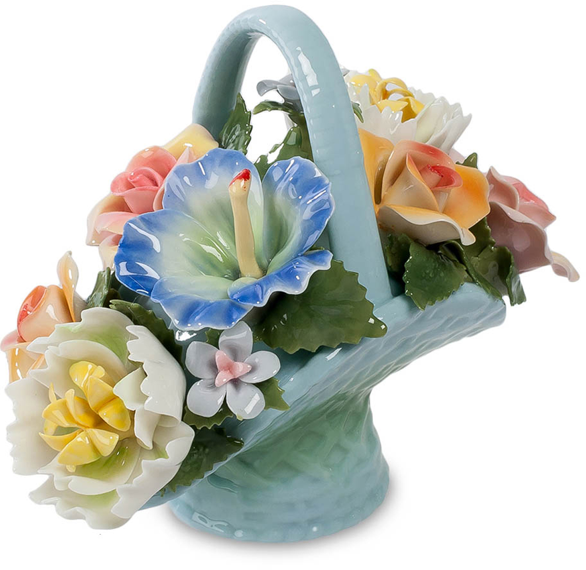 Композиция Pavone Цветочная корзина. CMS-33/17CMS-33/17Композиция Цветочная корзина (Pavone) Дарить цветы – великолепная традиция. Когда с развитием современных технологий фарфоровых дел мастера научились делать лепестки искусственных цветов не хуже настоящих, традиция перешла и на подарки, включающие в свой состав цветы из фарфора. Во-первых, они не вянут, им не нужна вода. Они будут стоять неограниченно долго, напоминая о том, кто принес их в подарок и заодно о весне и теплом лете – времени цветения. Во-вторых, появилась возможность делать миниатюрные копии букетов, не занимающие много места и от этого ничуть не менее красивые. Вот пример – голубая фарфоровая корзинка с композицией из прекрасных цветов.