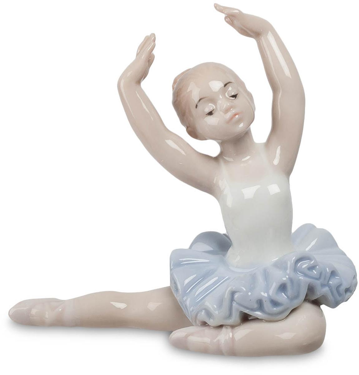 Фигурка декоративная Pavone Юная балерина. JP-27/40JP-27/40Декоративная фигурка Pavone Юная балерина станет оригинальным подарком для всех любителей стильных вещей. Сувенир выполнен из высококачественного фарфора. Изысканный сувенир станет прекрасным дополнением к интерьеру. Вы можете поставить фигурку в любом месте, где она будет удачно смотреться и радовать глаз. Размеры фигурки: 9 см х 4,5 см х 8,5 см.