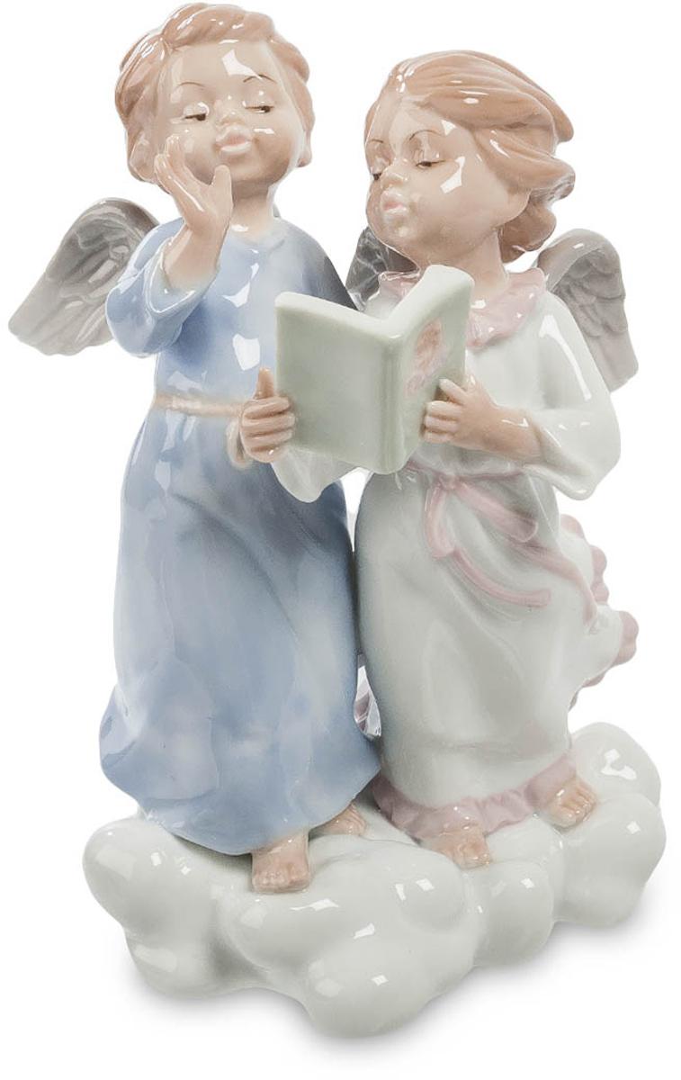 Фигурка Pavone Два ангела. JP-22/14JP-22/14Фигурка Ангелов высотой 17 см.Не стоило давать им читать Маяковского…Как известно, божественное предназначение ангелов – помогать людям в тяжелых ситуациях, наставляя и направляя их действия и мысли в божественное русло. Ангелы, подчиняющиеся непосредственно верховному божеству, знают ответы на все вопросы, а если и не знают, легко узнают ответ, но создатели фигурки Два ангела предпочитают думать, что молодым ангелам тоже приходится учиться. Статуэтка изображает двух крылатых детей, путешествующих по мягкому облаку в длинных ночных сорочках. Их волосы разметал ветер, но дети, не замечая порывов, о чем-то оживленно беседуют. В руках у девочки небольшая зеленая книга; на переплете изображено детское личико и пара белых крыльев. Возможно, она читает кодекс поведения ангелов? Кажется, ее молодой кавалер в длинной ночной рубашке знает все ответы наперед и не склонен доверять книгам.Фигурка детей-ангелов может стать оригинальным подарком для молодых родителей, имеющих детей дошкольного возраста, а также хорошим украшением для спальни или комнаты ребенка, осваивающего премудрости чтения.