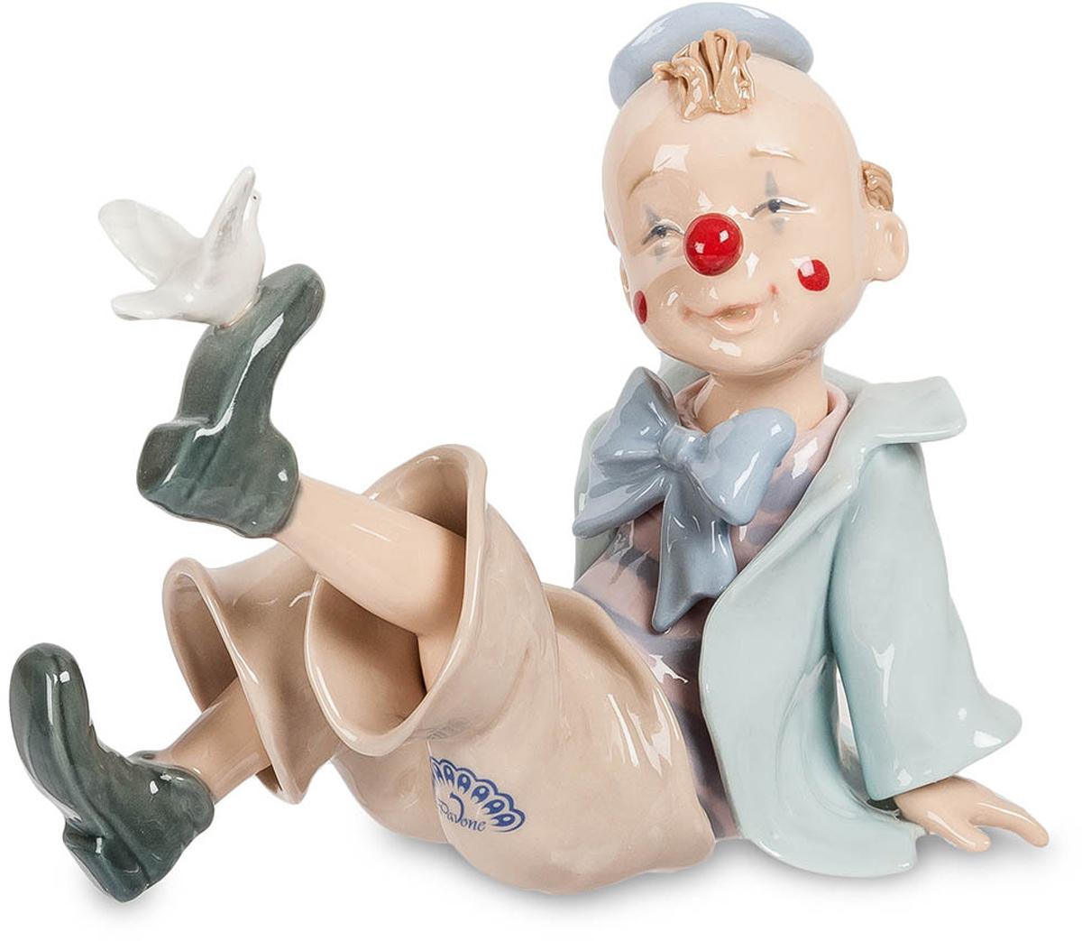 Фигурка Pavone Клоун с голубем. CMS-23/36CMS-23/36Фигурка Клоун с голубем (Pavone) Фигурка Клоун с голубем - удивительное интерьерное украшение, которое понравится как взрослым, так и детям.Героем этого фарфорового произведения является маленький мальчик, который решил стать клоуном, чтобы радовать людей своими шутками. Мальчик позаботился о своем образе, украсив костюм большим бантом, а нос – красным колпачком. Мальчик сидит на полу и играет с белоснежным голубем, который прилетел к его ботинку, решив тем самым рассмешить будущего клоуна.Изделие, изготовленное из тончайшего фарфора, расписано нежными пастельными красками, благодаря чему оно органично впишется в любой интерьерный стиль.