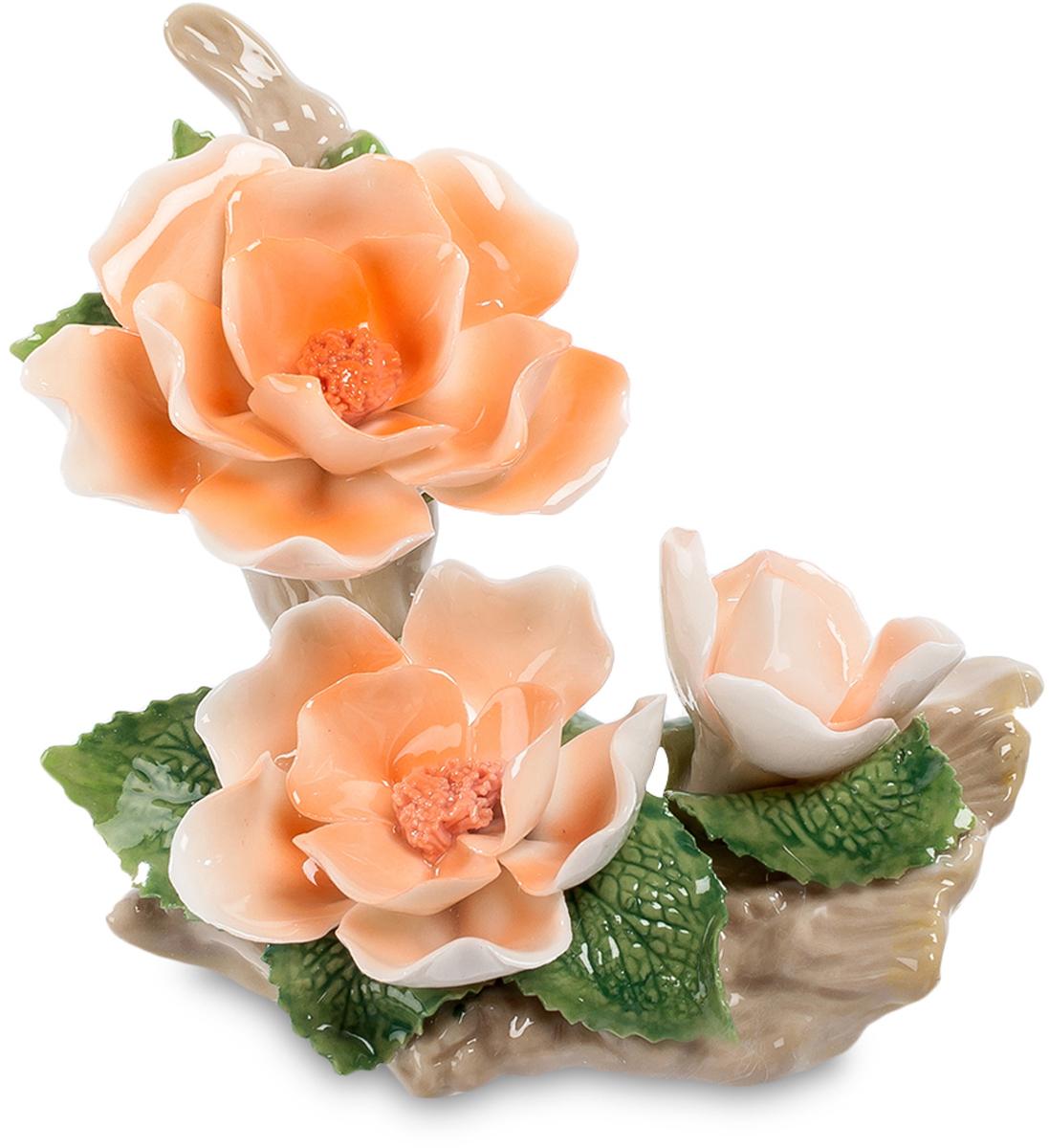 Композиция Pavone Чайная Роза. CMS-33/54CMS-33/54Композиция Чайная Роза (Pavone) На корявом куске сухого дерева разместилась созданная в стиле японской икебаны очаровательная лаконичная композиция из трех чайных роз. Две побольше, и одна – еще почти бутон. Цветы настолько красивы и изящны, что так и хочется их понюхать. Но они не пахнут, ведь они не живые, а фарфоровые. Не обязательно дарить полные корзины цветов, да еще таких, которые завянут через пару дней. А вот такая цветочная композиция станет маленьким, но ярким элементом в вашей комнате, напомнит о поре цветения и о том, кто принес этот замечательный подарок. Это – украшение на долгие времена, память на всю долгую жизнь.
