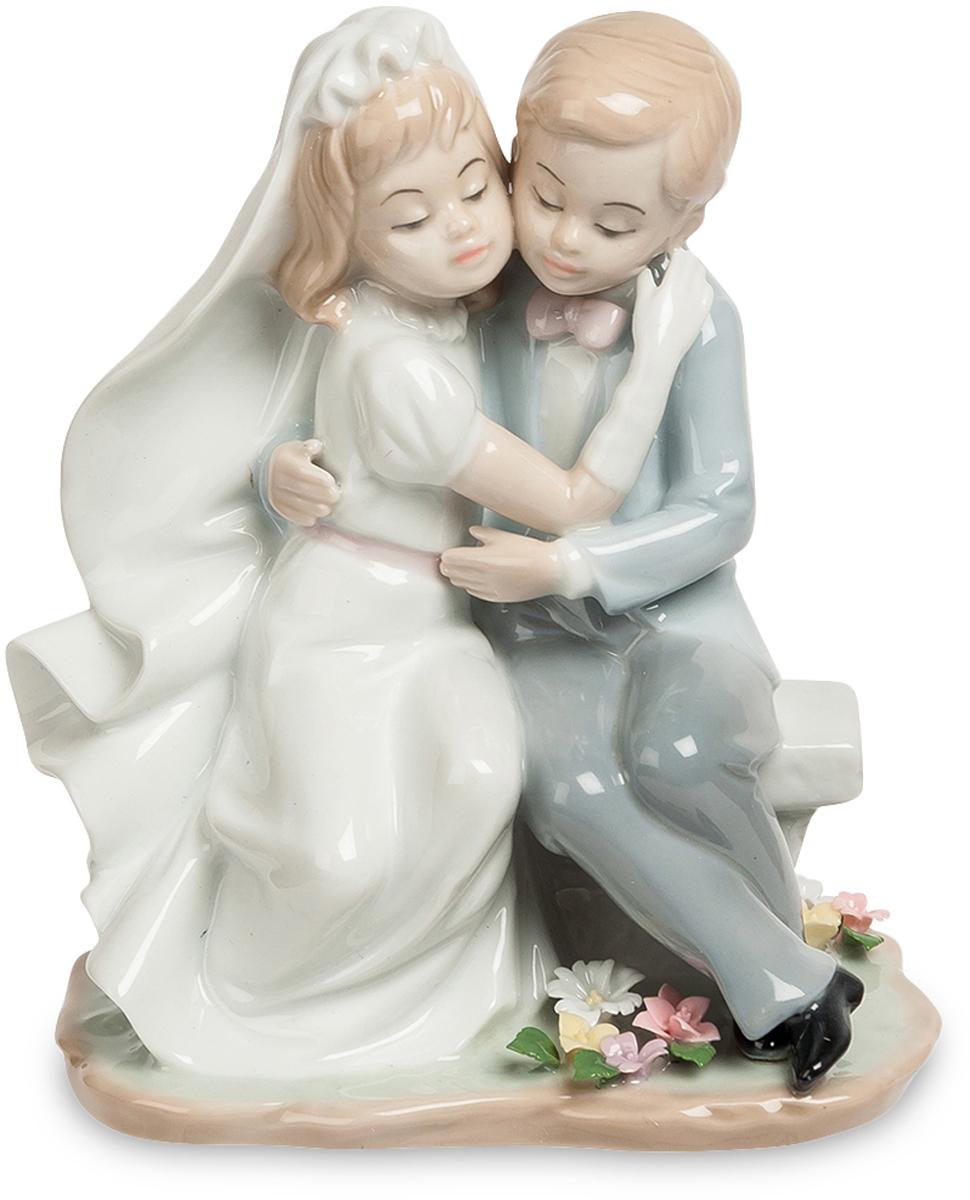 Статуэтка Pavone пара Знаменательный день. JP-15/45JP-15/45Фигурка Детей высотой 18 см.Хоть они еще маленькие, им тоже хочется такого юольшого и красивого праздника!Очаровательная, изящная статуэтка пары станет хорошим, знаменательным подарком или сувениром к свадебному торжеству. Будь это сама свадьба, а может - годовщина или юбилей, но именно такие милые пустячки и делают свадьбу романтичным, полным нежности и любви друг к другу праздником. Статуэтка очень мила, привлекательна и удивительно трогательна. Она станет украшением женского туалетного столика, рабочего офисного стола, полочки с сувенирами. Фарфоровая статуэтка - это не только прекрасное напоминание о самом лучшем дне в жизни, но и как признание того, что день бракосочетания навечно запечатлен в памяти. Глядя на маленькую статуэтку, поддаешься ее очарованию. Она уносит нас в далекий мир, где все заканчивается сказочным свадебным пиром.Высококлассный фарфор, удивительно тонкая и красивая ручная роспись, нежные пастельные цвета - делают из вещи настоящее произведение искусства. Прекрасный, удивительный, изящный подарок из мира фарфора и керамики!